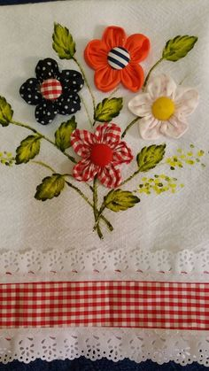 Guardanapo Applique Patterns, Applique Designs, Quilt Patterns, Fabric Crafts, Sewing Crafts, Sewing Projects, Crazy Quilting, Cloth Flowers, Fabric Flowers