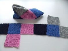 Slipper socks from squares. Would this work with fleece? Knitted Slippers, Crochet Slippers, Knit Crochet, Slipper Socks, Knitting Books, Free Knitting, Knitting Projects, Knitting Patterns, Crochet Patterns