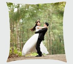 All brides dream about finding the ideal wedding day, however for this they need the ideal bridal dress, with the bridesmaid's dresses enhancing the wedding brides dress. Here are a variety of ideas on wedding dresses. Wedding Couple Photos, Wedding Couples, Wedding Bride, Wedding Ceremony, Wedding Day, Wedding Venues, Wedding Themes, Bride Groom, Wedding Colors