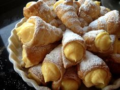 Conos de hojaldre rellenos de crema pastelera (sin lactosa) / Custard fi... Mexican Pastries, Mexican Sweet Breads, Mexican Bread, Mexican Food Recipes, Sweet Recipes, Dessert Recipes, Pan Dulce, Eclairs, Pastry Recipes