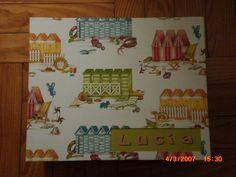 Caja cuadrada forrada de papel con motivos infantiles, personalizada mediante ventana de tela en tapa