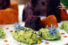 At the orange and purple Süßkartoffel-Mountains of Madness mit Guacamole, Blüten und Sriracha