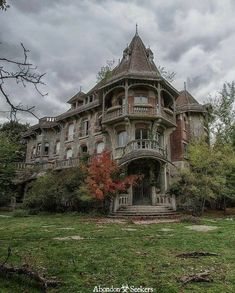 Comment 🎃 or 👻 on this post and Ill share my favorite picture of your page in my stories ! But it must be spooky, abandoned buildings or Halloween related ~ . Photographer unknown, let me know if you know it ! Abandoned Mansion For Sale, Old Abandoned Houses, Abandoned Castles, Abandoned Buildings, Abandoned Places, Old Houses, Old Buildings, Beautiful Buildings, Beautiful Homes