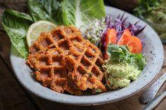 Veggie-Bowl mit Quinoa-Linsen-Waffeln und Guacamole