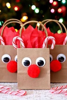Reindeer Gift Bags – A fun and festive way to decorate boring gift bags. A fun Christmas craft! Reindeer Gift Bags – A fun and festive way to decorate boring gift bags. A fun Christmas craft!Need a gift bag for your holiday gifts? Christmas Gift Wrapping, Christmas Holidays, Class Christmas Gifts, Christmas Tree, Christmas Treat Bags, Gift Wrapping Ideas For Christmas Diy, Holiday Bags, Cute Christmas Ideas, Christmas 2019