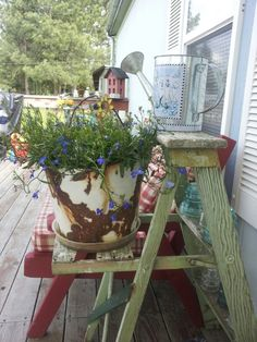 Displaying flowers with the use of a vintage bucket & ladder. Even vintage insulators as decoration. Pulley, Buckets, The Great Outdoors, Planter Pots, Yard, Porches, Ladder, Pretty, Flowers
