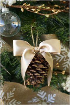 32 easy homemade christmas ornaments - how to make diy christmas tree ornaments Country Christmas, Winter Christmas, Christmas Holidays, Holiday Tree, Frugal Christmas, Natural Christmas, Holiday Decor, Elegant Christmas, Green Christmas