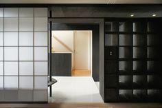 床のタイル、障子の組子、書棚の棚寸法は全て同じ。japan-architects.com