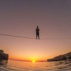 Da série momentos incríveis no slack! Final de tarde nas ilhas Balearic, Espanha. @victordevalles  @trepaire #slackclick #slackline #sunset #esporte #nature #equilíbrio #slacklining #balance