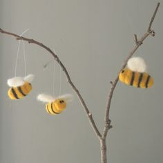 bee theme idea for summer windows Arts And Crafts Projects, Diy Projects To Try, Sewing Projects, Crafts For Kids, Pipe Cleaner Crafts, Pipe Cleaners, Mummy Crafts, Diy Crafts, Fair Theme