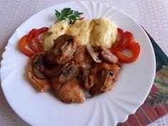Csirkecomb hagymás-gombás ágyon Naan, Cheddar, Chicken, Recipes, Food, Red Peppers, Cheddar Cheese, Recipies, Essen