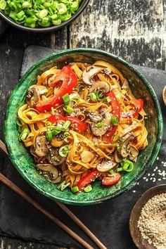 Rezept: Nudelpfanne mit Zitronengras Kokosmilch, Champignons, Paprika und Ingwer - Laktosefrei! Vegetarische asiatische Nudeln in 25 Minuten mit viel Gemüse! Kochen / Essen / Ernährung / Lecker / Kochbox / Zutaten / Gesund / Schnell / Frühling / Einfach / DIY / Küche / Gericht #hellofreshde #kochen #essen #zubereiten #zutaten #diy #rezept #kochbox #leicht #schnell #frühling #einfach #küche #gericht #trend #selbermachen #backen #asiatisch #nudeln #vegetarisch #veggie #laktosefrei
