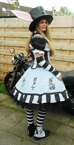 Steampunk Alice in wonderland inspired original Alice In Wonderland Steampunk, Alice In Wonderland Tea Party, Halloween Cosplay, Cosplay Costumes, Steampunk Lolita, Alice Costume, Rabbit Costume, Halloween Karneval, Fantasias Halloween