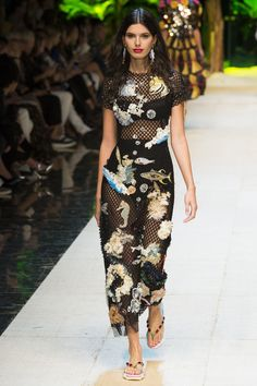http://www.vogue.com/fashion-shows/spring-2017-ready-to-wear/dolce-gabbana/slideshow/collection