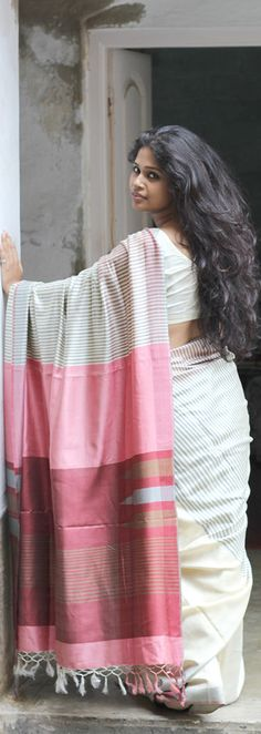 Handloom Saree with Pink and Red Pallu Indian Attire, Indian Wear, Ethnic Fashion, Indian Fashion, Indian Dresses, Indian Outfits, Modern Saree, White Saree, South Indian Bride