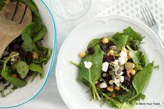 Salade met kikkererwten, rode biet en geitenkaas -     1 (voorgekookte) rode biet     2 flinke handen rucola     1 flinke hand spinazie     2 kleine augurken     1/2 pot kikkererwten     30 gr geitenkaas     1 el pompoenpitjes     olijfolie     snuf (zee)zout  Mind Your Feed