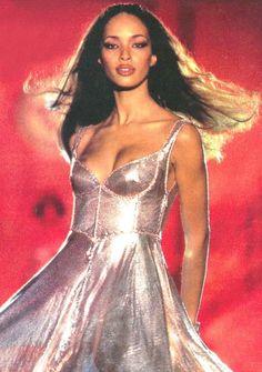 Brandi Quiñones for Gianni Versace, Autumn-Winter Couture 90s Fashion, Runway Fashion, Fashion Models, High Fashion, Fashion Show, Vintage Fashion, Couture Fashion, Fashion Bible, Catwalk Models