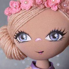 ✔ В наличии Просто куколка,  не новая,  маленько усовершенствованная!  #текстильнаякукла #текстиль #интерьер #дом #уют #дочкиматери #интерьернаякукла #цветы #прическа #хендмейд #ручнаяработа #вдикрете #вотпуске #dolls #artdoll #home #work #работа #хобби #малыш #пряжа Doll Face Paint, Doll Painting, Raggy Dolls, Crochet Dolls, Doll Crafts, Diy Doll, Doll Clothes Patterns, Doll Patterns, Fabric Toys