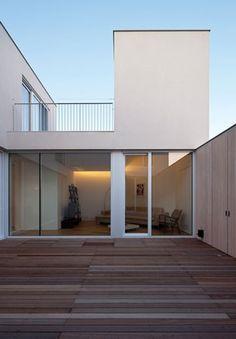 평범한 대지 위에 놓여있지만, 집은 멀리서도 빛이 난다. 부족함 없이 채워 넣은 보석함처럼, 가족에게 너무도 소중한 '보석집'이다. 하얀 외벽 틈으로 보이는 중정과 새어 나오는 불빛이 집을 더욱 빛나게 한다. 대지 모서리에 면한 주택의 외관. 가족의 프라이버시를 위해 주변 건물과는 닫힌 형태를 취했다.