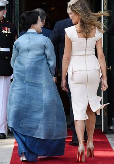 First Lady of the United States, Melania Trump, escorts the wife of South Korea's prime minister, as both their husbands walk ahead of them. Melanie Trump, Royal Fashion, Fashion Looks, Jw Moda, Trumps Wife, Milania Trump Style, Donald Trump Family, Cute Dresses, Dresses For Work