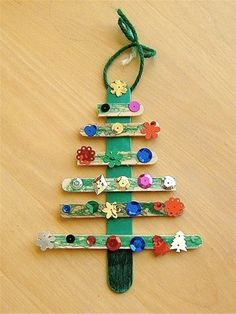 Popsicle Stick Christmas Tree (© MOMMYAPOLIS)