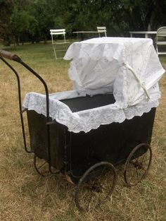 landau ancien....I would have loved to have something like this to put my dolls in!