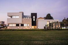 Casa de 329 m2 estilo contemporaneo en Valdevez, Buenos Aires, del estudio de arquitectura DX ARQ de los arquitectos Adrián Petrone y Matilde González Exterior, House Design, Mansions, Architecture, House Styles, Villas, Portal, Houses, Canning