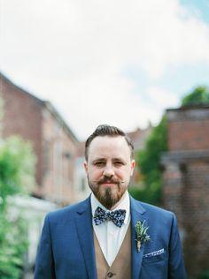 Michael Ferire - Un mariage champêtre en bleu corail et jaune - Belgique - La mariee aux pieds nus #groom