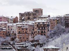 La ciudad de Cuenca es la segunda capital de provincia más alta de España, con una altitud media de unos 946 metros sobre el nivel del mar (aunque se llegan a superar los 1.100 metros en algunas partes de la ciudad) y está enclavada ya en zona de sierra (por eso a algunos conquenses les molesta que se les llame manchegos, que realmente no lo son, una parte de la provincia de Cuenca sí que es Mancha pero lo que es la ciudad de Cuenca es bastante castellana y serrana al mismo tiempo).