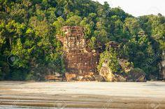 36905874-Big-cliff-rainforest-and-exotic-sand-beach-Stock-Photo.jpg (1300×866)