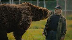 Sulo Karjalainen, 'l'uomo-orso', si trova perfettamente a suo agio circondato da orsi e altri predatori, avendoli allevati sin da quando erano cuccioli.