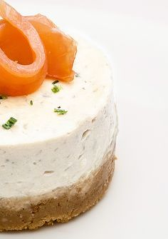 Salted cheesecake! Cooked with smoked salmon, Philadelphia cheese and ricotta. Biscuits are crackers. (recipe in french)