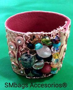 Brazalete en cuero,tejido en alambre con piedras naturales y cristales de murano.$80.