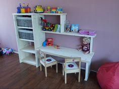 Leuk wandmeubel voor de kinderen,  voor 4 (of 5) grote manden voor het speelgoed,  een boekenplankje en een ruim bureau om met twee kinderen aan te spelen.  groot succes voor de kinderen, om dagelijks aan te spelen.  ca. 120x170x40cm  (4 manden) &  ca. 150x170x40cm  (5 manden) andere maten en vormen ook mogelijk. wij maken alles op maat en naar wens. ook eigen ideeën mogelijk. STEIGERHOUT-VANDERGRAAF