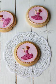 Galletas de princesas decoradas con fondant y glasa real sin huevo, inspiradas en un cuento de hadas. #galletas #fondat #glasa #sinhuevo