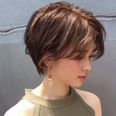21 Most Flattering Medium Layered Haircuts Ideas Not too long and not too short means medium length hair. If you love layered hair here you must see these 21 Most Flattering Medium Layered Haircuts Ideas. Short Hairstyles For Thick Hair, Short Straight Hair, Short Hair Styles Easy, Short Hair With Layers, Short Hair Cuts For Women, Medium Hair Styles, Summer Hairstyles, Layered Hairstyles, Short Hair For Girls