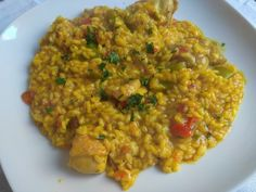 Arroz con pollo y verduras Arroz Frito, Fried Rice, Fries, Ethnic Recipes, Robot, Spanish Cuisine, Beverage, Slow Cooking, Entrees