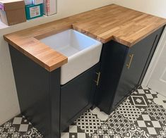 GET THE LOOK: A beautiful bespoke unit with a solid oak worktop. Finished with Osmo TopOil Clear, Satin 3028. ✅ Food Safe finish ✅ Extremely durable and hardwearing ✅ Very water and dirt resistant ✅ Enhances the wood's natural character Search 'Osmo TopOil' online today 😁 Get Inspired on Instagram:#OsmoOil