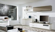 aménagement bureau blanc laqué, rangements en bois massif, canapé droit en cuir et tapis shaggy assorti