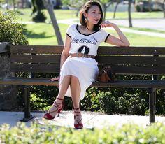 Look total white com saia plissada e t-shirt, para completar sandália vermelha de amarrar.