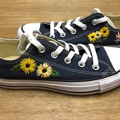 Hand embroidered canvas shoes, floral, you provide shoes - Converse - Embroidered Clothes, Embroidery On Clothes, Embroidered Flowers, Embroidered Vans, Painted Clothes, Painted Shoes, Diy Clothes Kimono, Aesthetic Shoes, Shoe Art