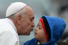 El Papa francisco besa a un niño a su arribo a la Basílica de Aparecida, en el estado de San Pablo, Brasil, en donde ha celebrado una misa para miles de personas. (AFP)
