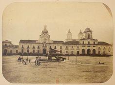 el edificio de Las Cajas, el Palacio de Gobierno y la municipalidad de Santiago en 1860. Al media de la Plaza el monumento a Ayacucho. | by santiagonostalgico