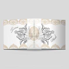Hochzeitseinladung mit Spitzen-Bordüre. Einladungskarten für eine Vintage Hochzeit - jetzt auch mit eigenem Hochzeitslogo möglich Vintage Stil, Tapestry, Home Decor, Bunting Bag, Love Story, Invites Wedding, Monogram, Fiction, Card Wedding