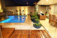 Acima do nível do piso, a estrutura comporta piscina e uma pequena área de estar.
