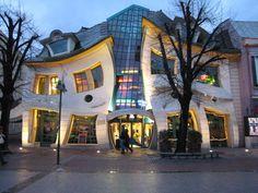 Crooked House, la Casa Torcida  En Sopot (Polonia), se erige una edificación que desafía las convenciones de cualquier escuela arquitectónica, como también de las convenciones ópticas, este es la Crooked House (Casa torcida), construida en el año 2003.