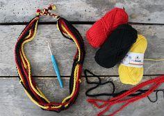Deutschland Fankette in schwarz-rot-gold häkeln mit der kostenlosen DIY-Anleitung im myboshi Blog Beaded Necklace, Blog, Fashion, Diy, Crafting, Necklaces, Beaded Collar, Moda, Pearl Necklace