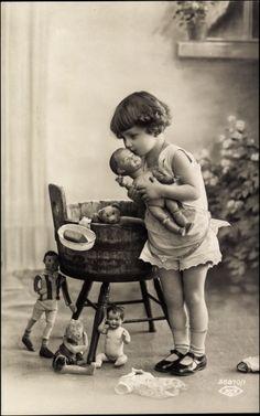 Ak Portrait eines Mädchens mit ihren Puppen und Teddy, 35870/1 | eBay