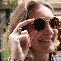 Take your sunglasses because the rays of weekend will dazzle you ☀️  Morgane with The Falcon Triangle Ring: glendalopez.es/product/the-falcon-triangle-ring/