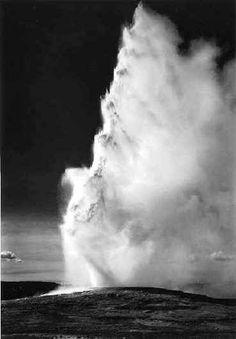 Fotografie  1921 1967 - Collezione privata Fam. Manfrotto, Old Faithful Geiser - Yellowstone Park, � Ansel Adams, Fonte: fotochepassione.com . libreriamo.it